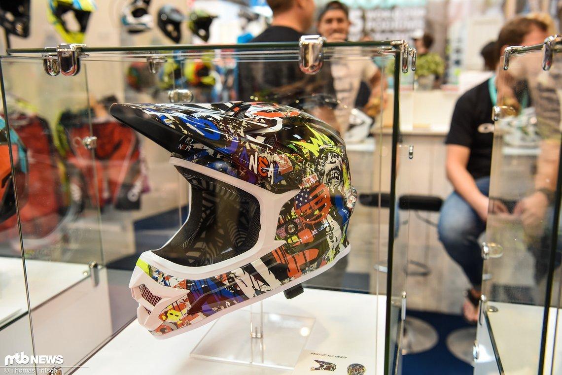 Viele weitere bunte Helme