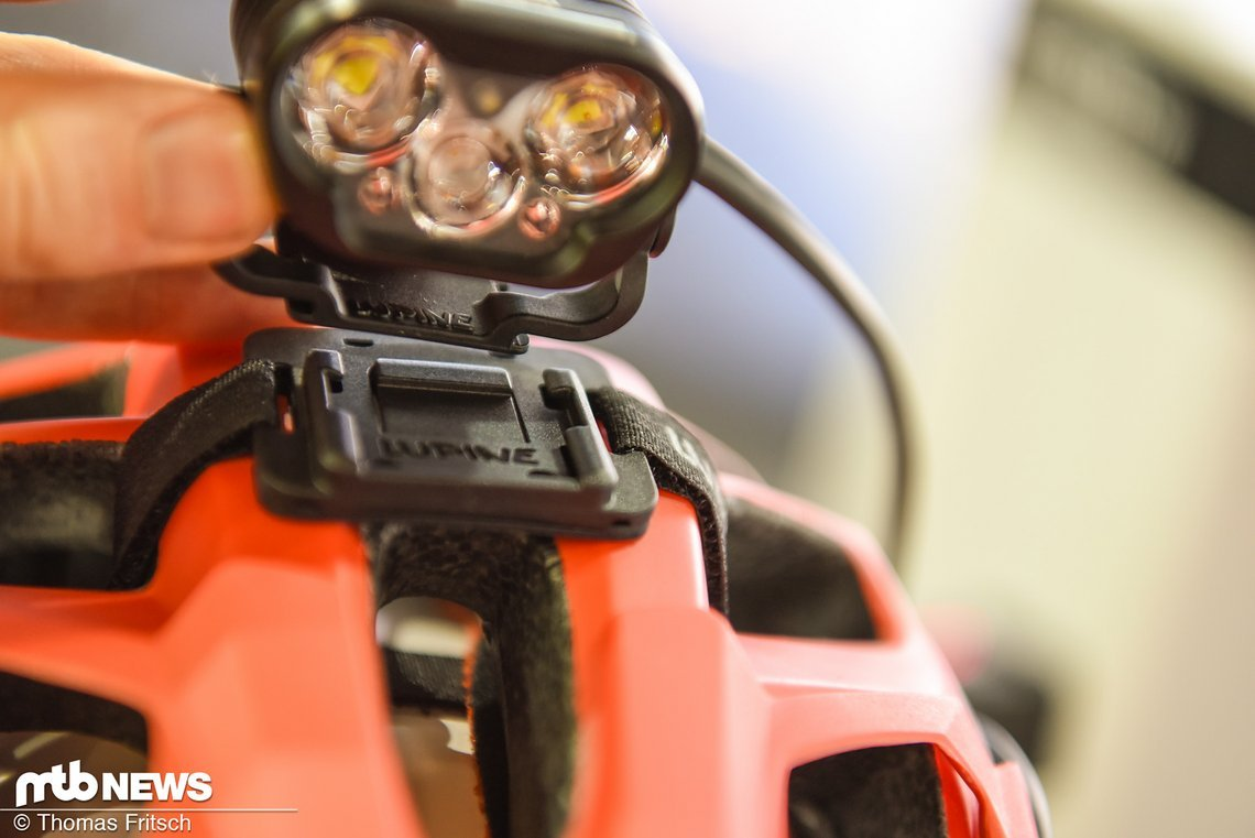 Per Schnellwechselplatte kann zwischen  unterschiedlichen Helmen oder Stirnband innerhalb von Sekunden gewechselt werden