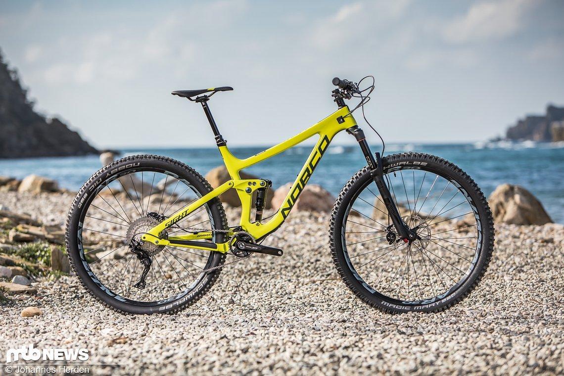 """Das Norco Sight Carbon 9 rollt auf 29""""-Laufrädern, bietet 140 mm Federweg vorne und 130 mm am Heck"""