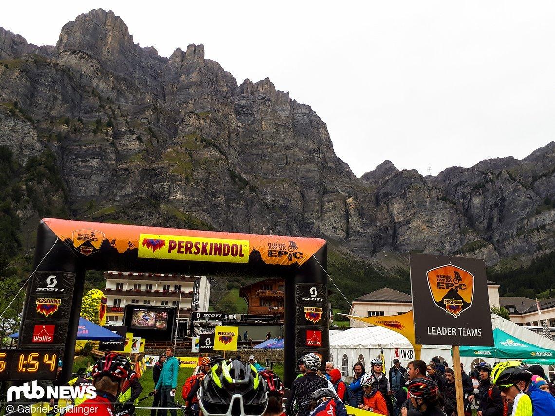 Was für eine Aussicht am Start zur zweiten Etappe des Perskindol Swiss Epics 2017 in Leukerbad!