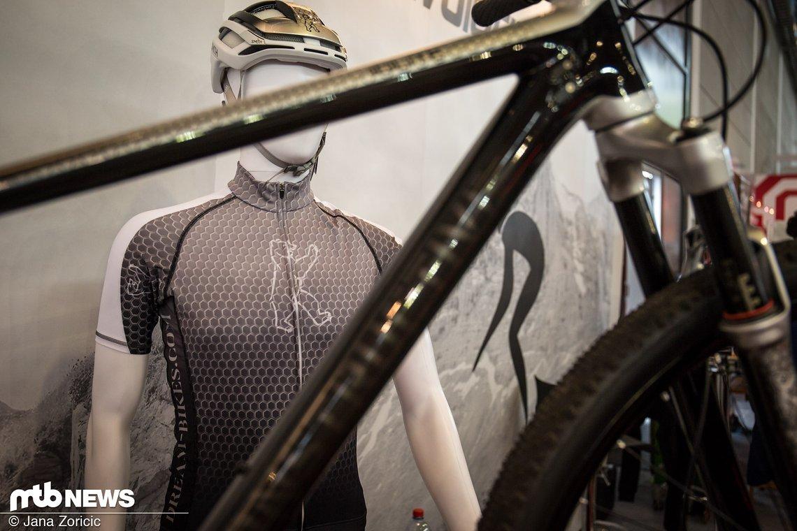 Nicht nur die Rahmen, sondern auch Helm und Trikots können im Wunsch-Design bedruckt werden