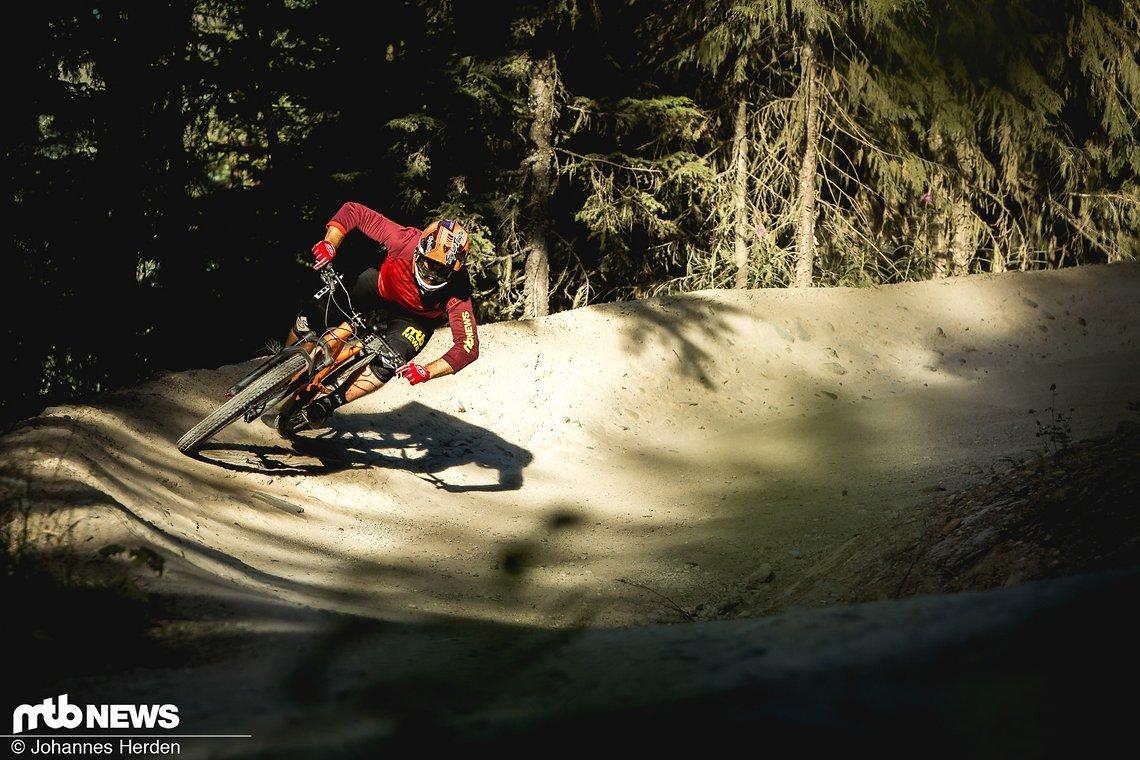 Von Home Trails über Freeride-Abfahrten bis hin zu Downhill-Rennstrecken sollen moderne Freerider überall dort eine Figur machen, wo der Trail bergab zeigt
