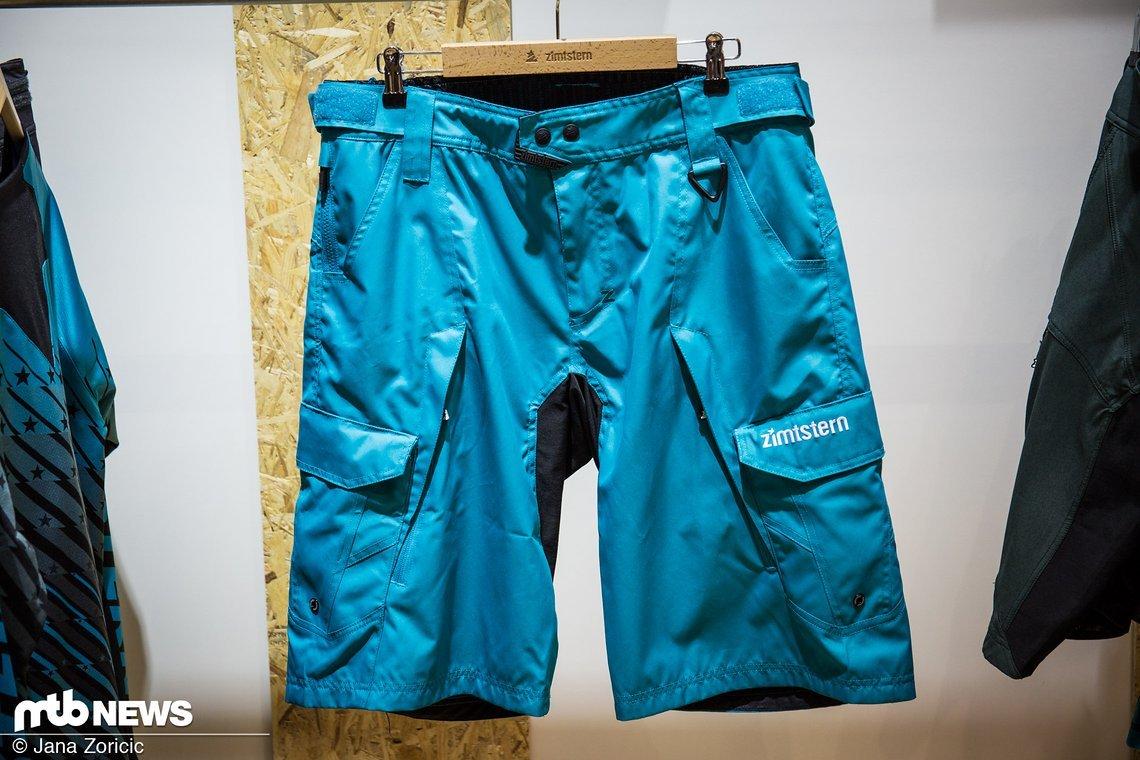 """...mit passender blauer """"Targaz"""" Shorts"""