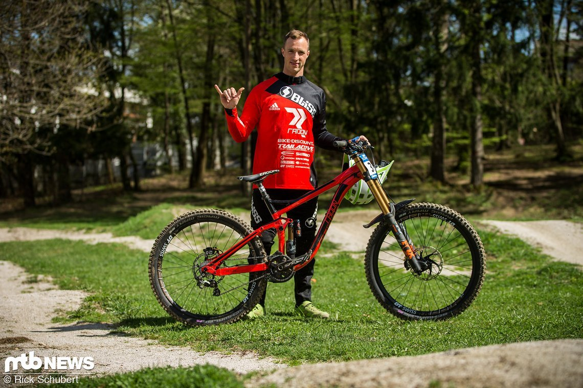 Johannes Fischbach und sein Ferrari-rotes Radon Swoop 200