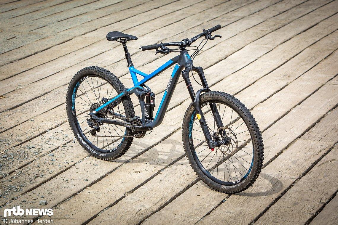 Das Radon Swoop 170 bietet 170 mm vorne und hinten und will vor allem dank der variablen Geometrie im Trail- und Bike Park-Einsatz glänzen