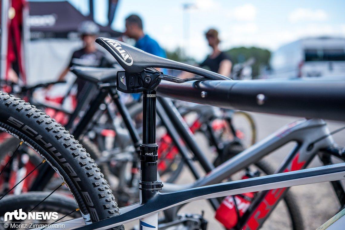 Am Ghost-Hardtail der U23-Fahrerin Sina Frei stießen wir auf diesen Prototyp einer elektronischen RockShox Reverb-Sattelstütze