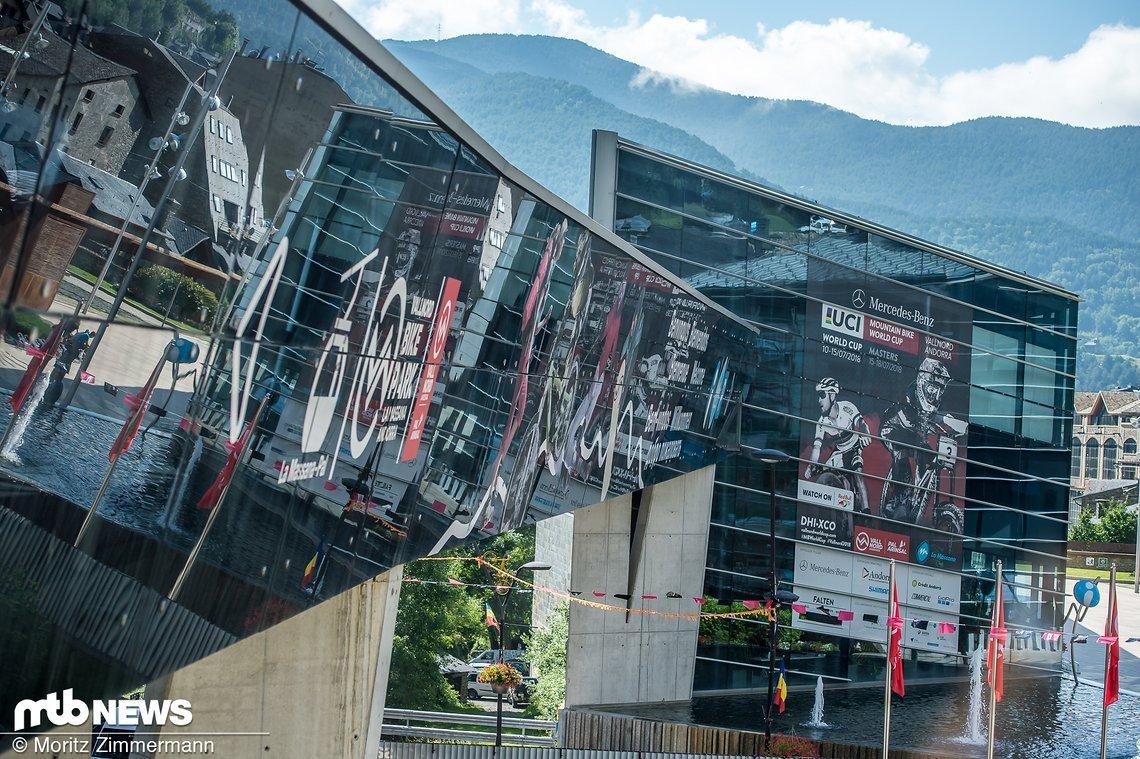 Direkt aus dem Ortskern La Massanas im kleinen Pyrenäen-Staat Andorra geht die Gondel los, mit der die Rennfahrer an den Start geschafft werden.