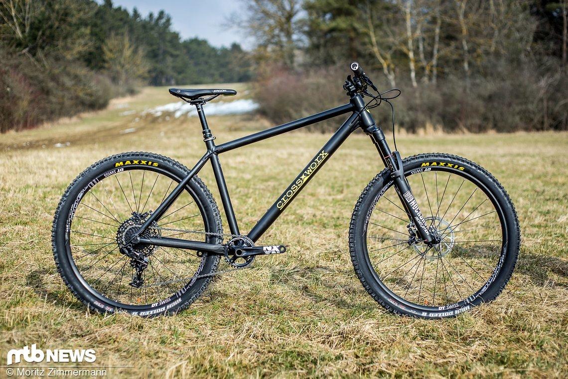 CrossWorx-Cycles ist ein kleines, junges Unternehmen aus Rudolstadt in Thüringen. Das aggressive Trail-Hardtail CW Zero One für 2.399 € ist ihr erster Wurf und konnte von uns exklusiv getestet werden.