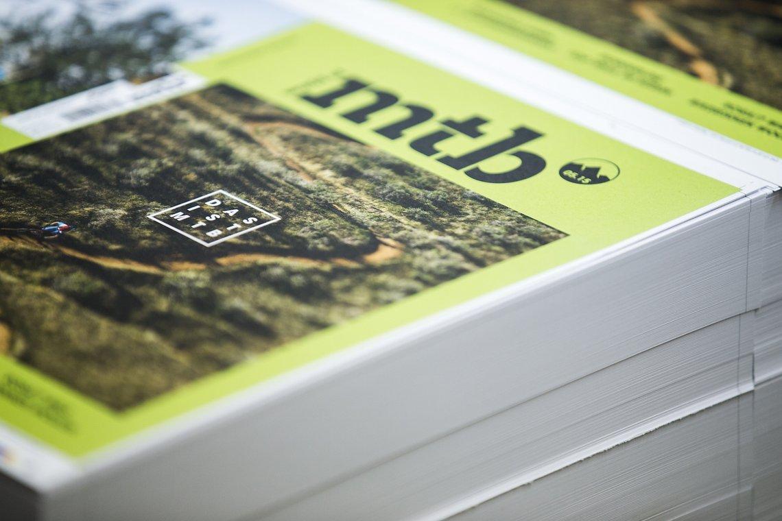 Der frisch gedruckte Umschlag des neuen world of mtb Magazins. Cleaner, hochwertiger und mehr Raum für das tolle Bild, in diesem Falle von Mattias Fredriksson.