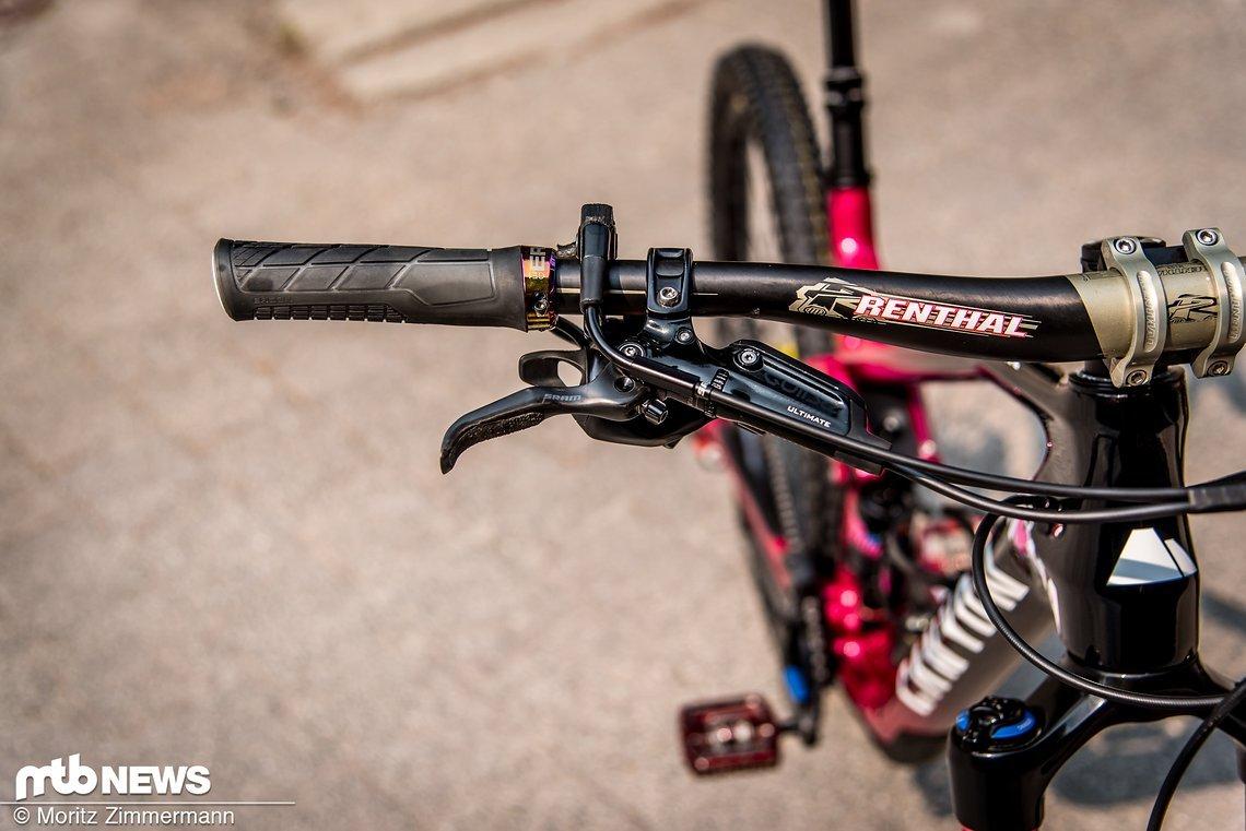 Ines setzt auf einen 755 mm breiten Renthal Carbon-Lenker und SRAM Guide Ultimate-Bremsen.
