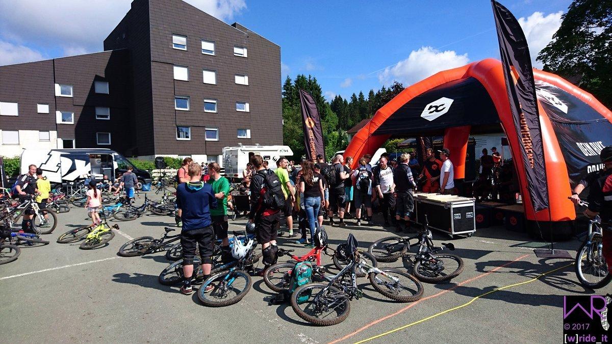 Die ersten zurückgekehrten Teilnehmern - Entspannen und Kuchen futtern bei bike-components