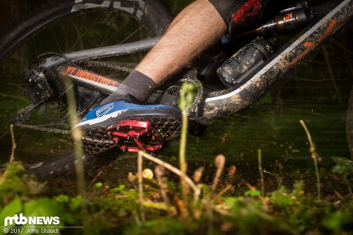 Dank der steifen Sohle biegt sich der Fuß nicht ums Pedal herum, so steigt die Schutzwirkung und die Effizienz, das Feingefühl leidet hingegen etwas.