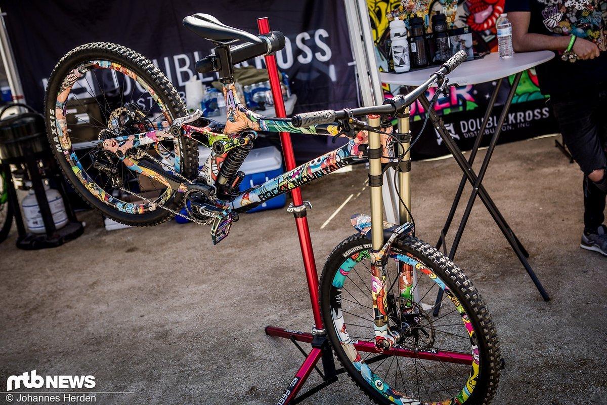 Die Jungs von Riesel Design packen alles ein, was geht: Auch ganze Bikes können foliert werden
