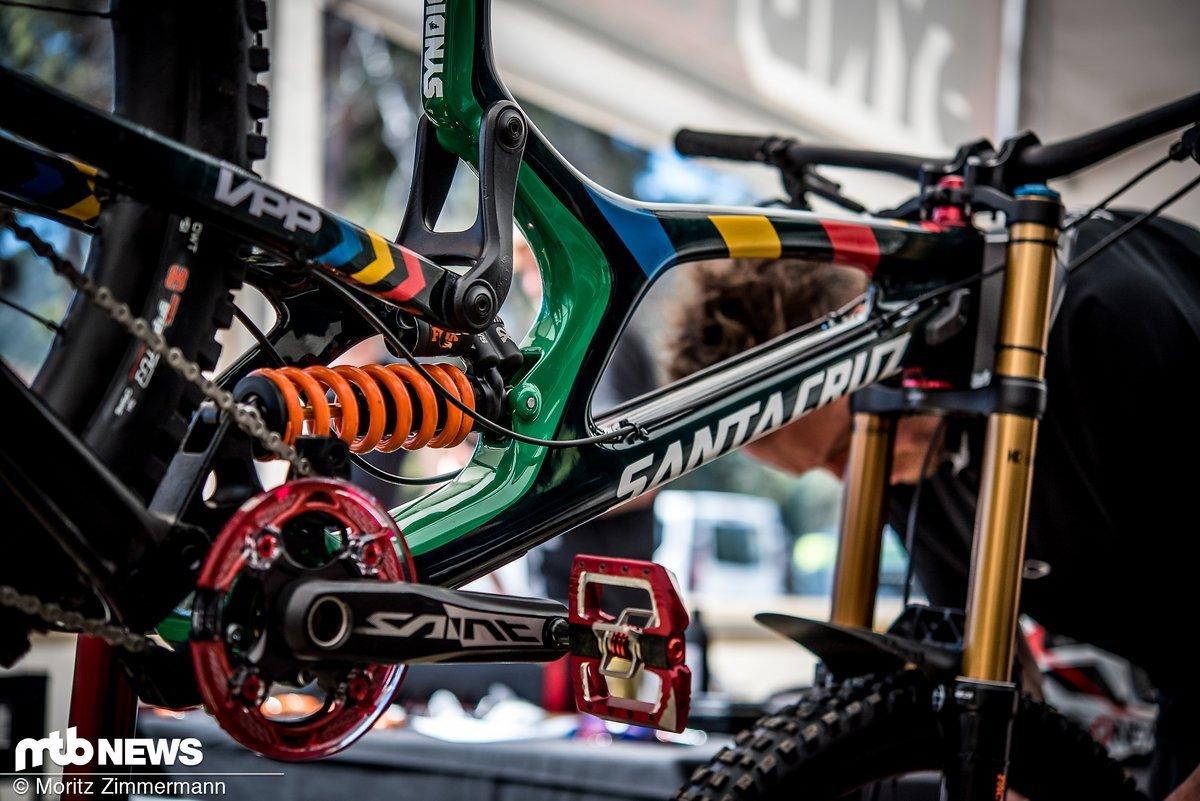 Greg Minnaar geht mit einem Bike im Südafrika-Design an den Start.