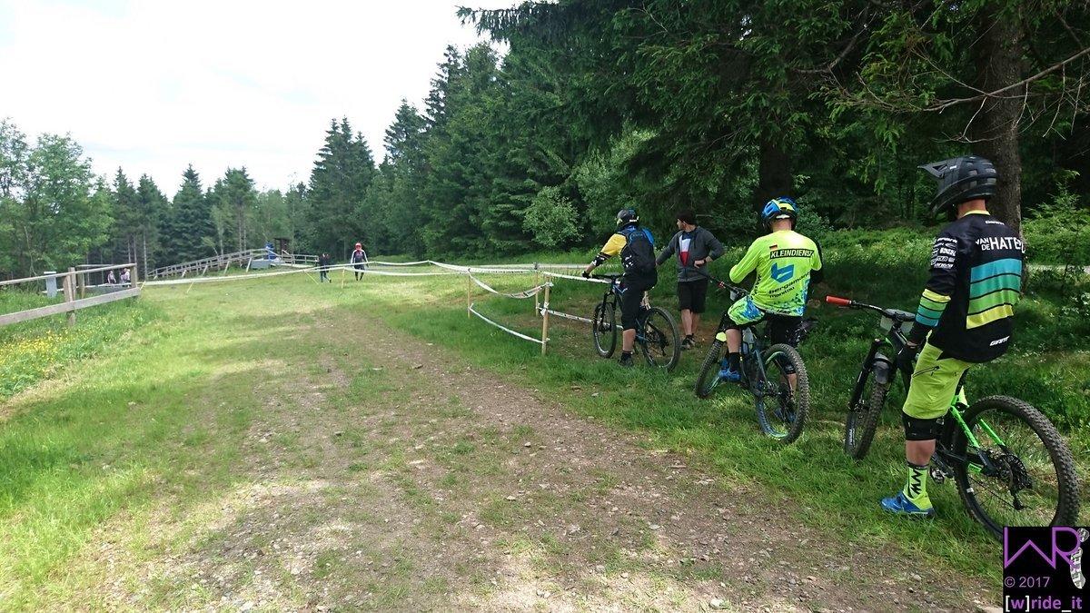 Anstehen vor Stage 7, dem Endurotrail - die zweite von zwei unbekannten Stages in diesem Rennen