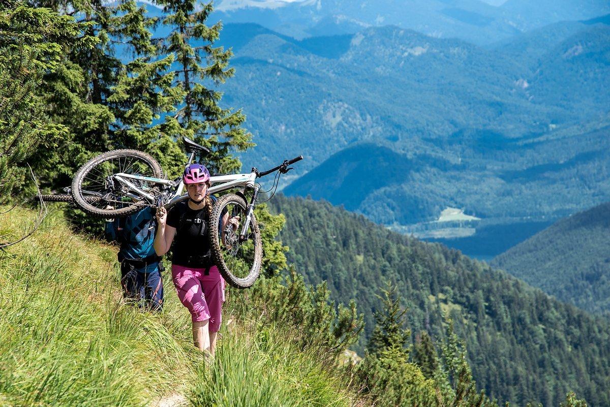 Lisa liebt nichts mehr, als in den Bergen unterwegs zu sein. Deswegen engagiert sie sich stark für Umweltschutz und Nachhaltigkeit.