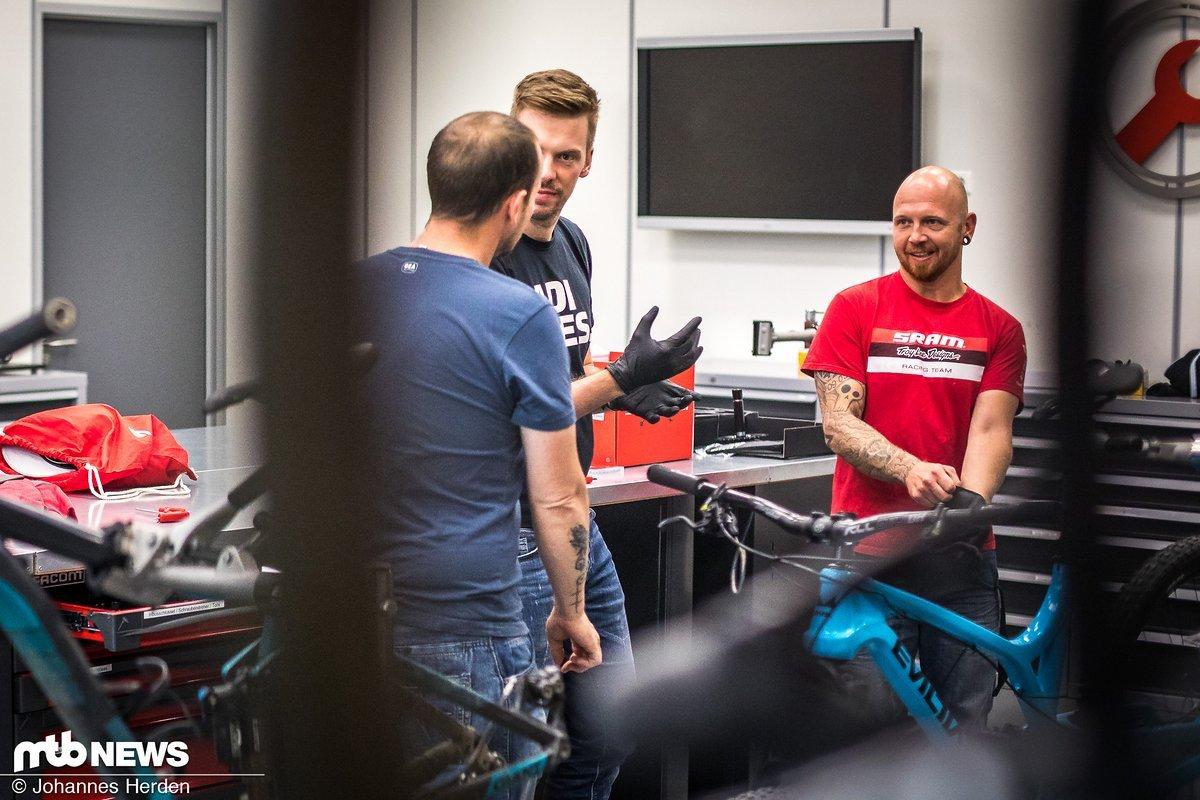 Günther, Manuel und Carsten beim Diskutieren und Schrauben.