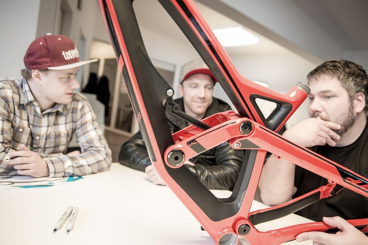 Aaron Gwin in der Entwicklungsabteilung - Stefan Willared (rechts) ist für die Bike-Entwicklung verantwortlich