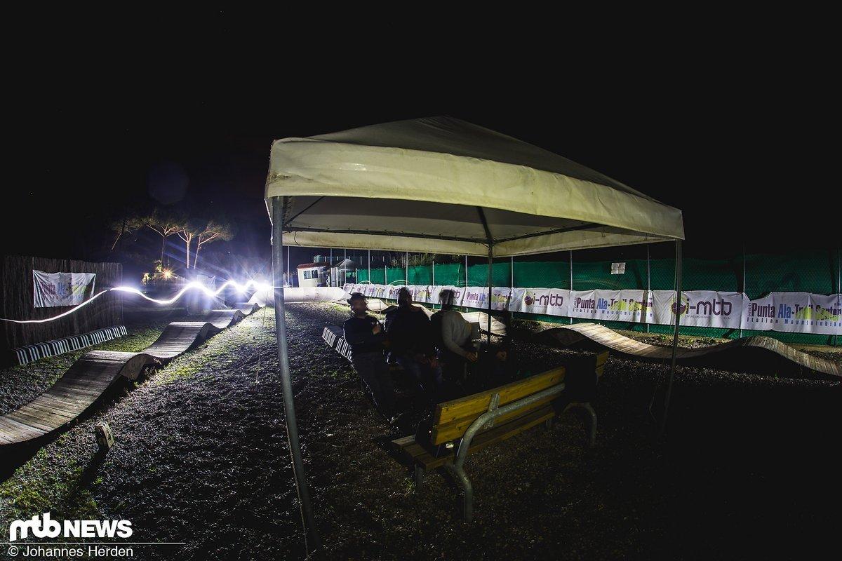 Am Abend: Entspannte Runden auf dem Holz-Pumptrack