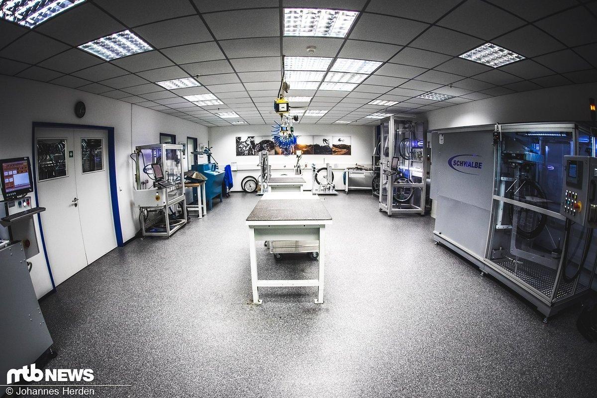 Ein toller Raum für Schwalbe, ein Horror für Testreifen: Willkommen im Labor