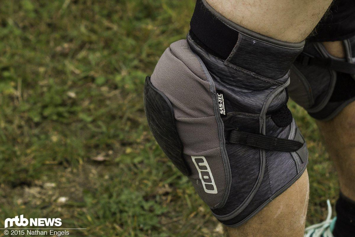 Bei durchgestrecktem Bein hebt sich der Schoner etwas vom Knie ab.