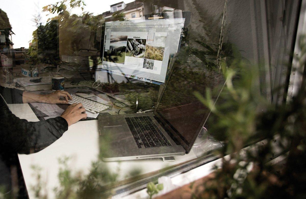 Multitasking – zwei Bildschirme, zahlreiche Notizen und oftmals noch ein Redakteur mit Sonderwünschen an der Strippe.