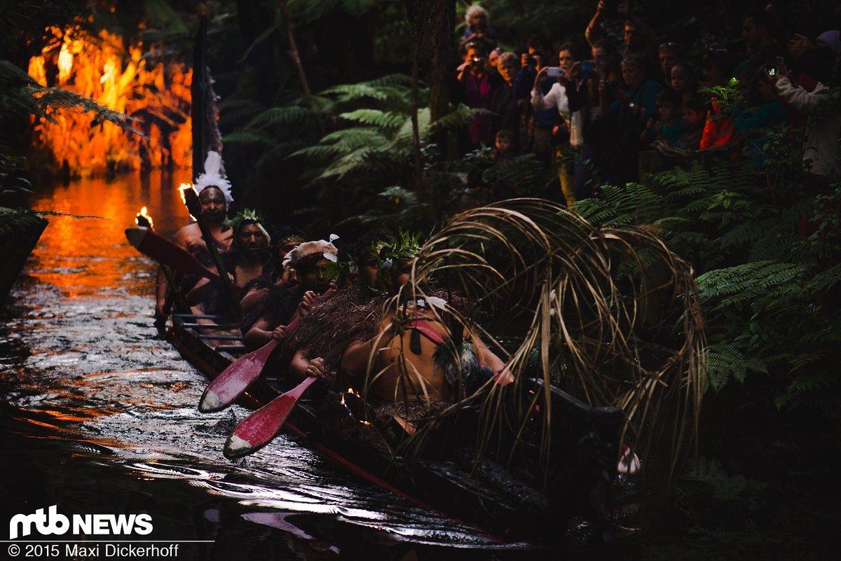 Enchanting Maori Krieger The Best Of Māori-krieger Fahren Auf Einem Traditionellen Waka (kanu)