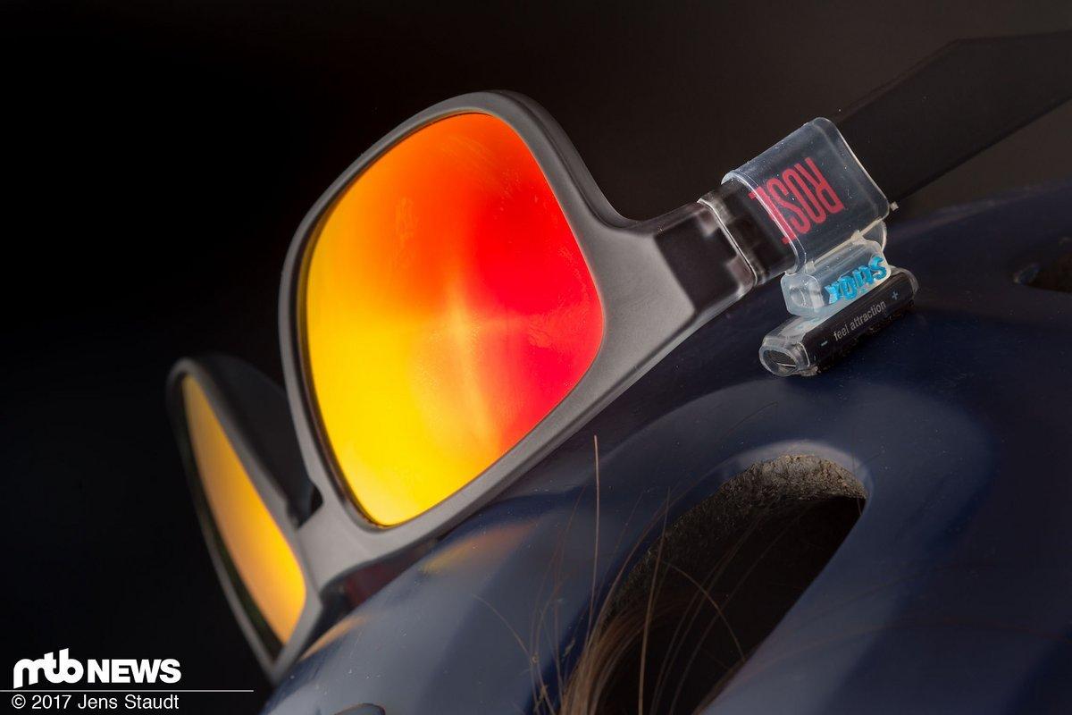 Aufgeräumt: am Helm zieht bei schwierigem Wetter mehr Wind an der Brille vorbei, dafür wird sie nass.