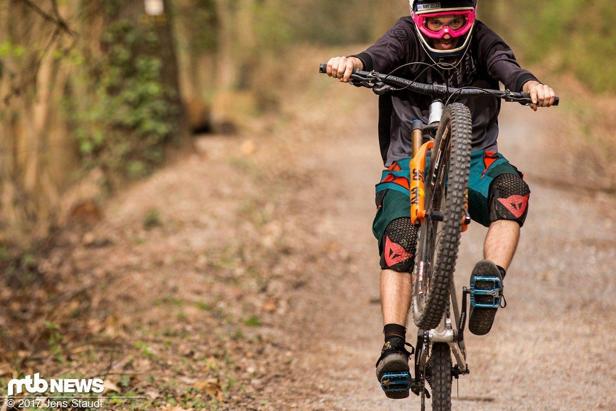 Unser Tester Chris nutzt jede Gelegenheit, um das Bike auf's Hinterrad zu ziehen