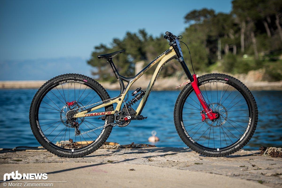 """Commençal ist eine der wenigen Firmen, die tatsächlich auch ein 29"""" Downhillbike zum Verkauf anbieten."""