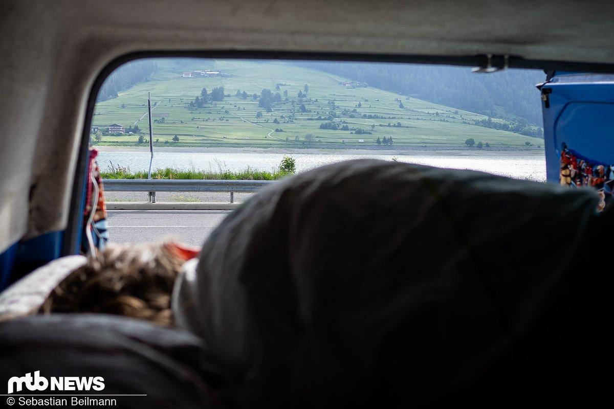 Am Morgen erwartet uns der perfekte Blick direkt aus dem Van