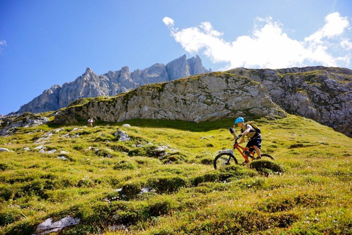 Geht doch, Wanderer und Mountainbiker auf einem Pfad
