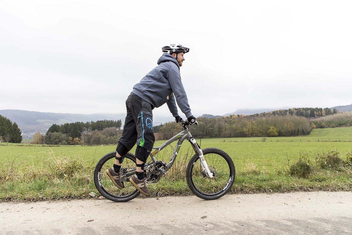 Trockenübung für das Abspringen aus den Beinen: neben dem Bike!