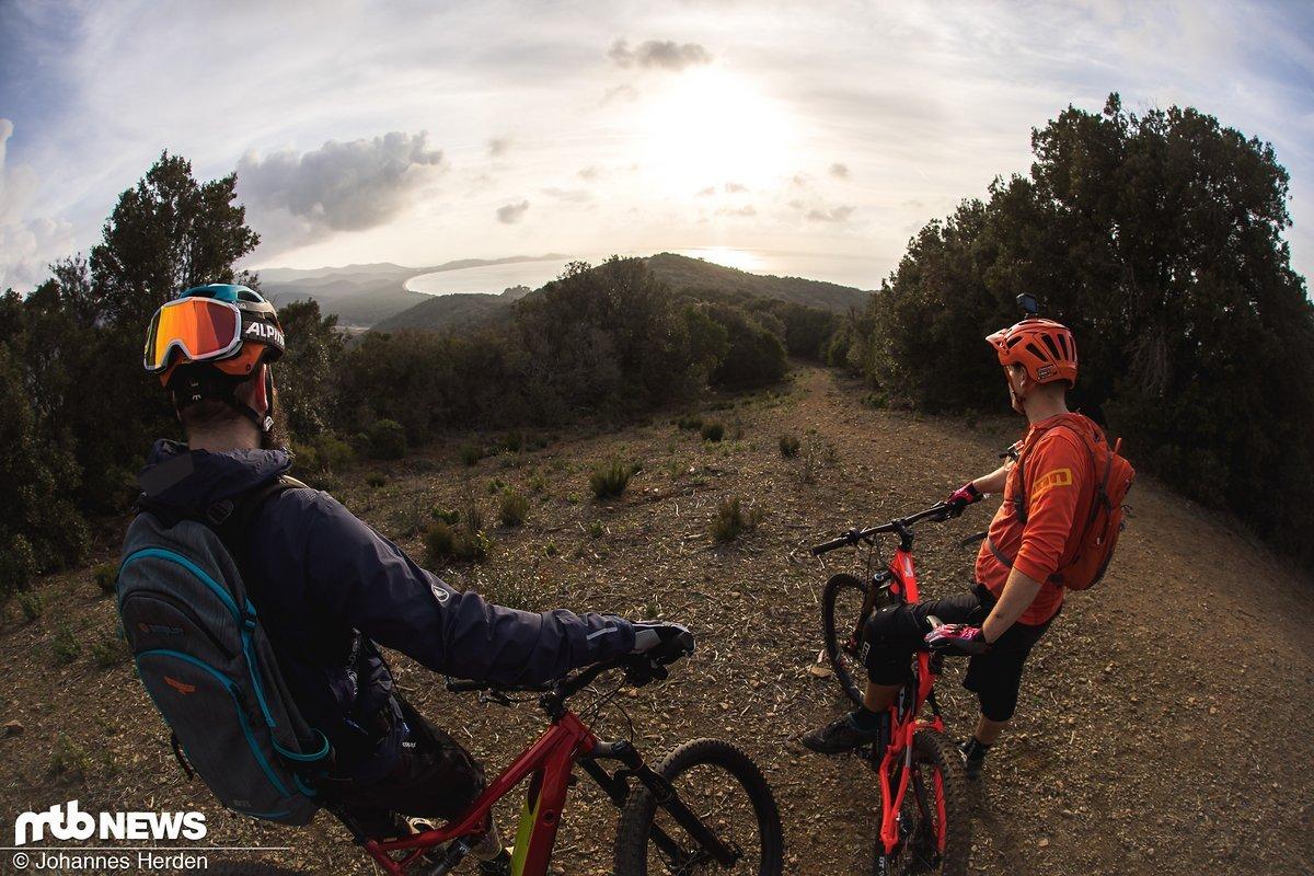 Rico und Alex auf einem der Hügelgipfel – gleich geht's wieder in den Trail