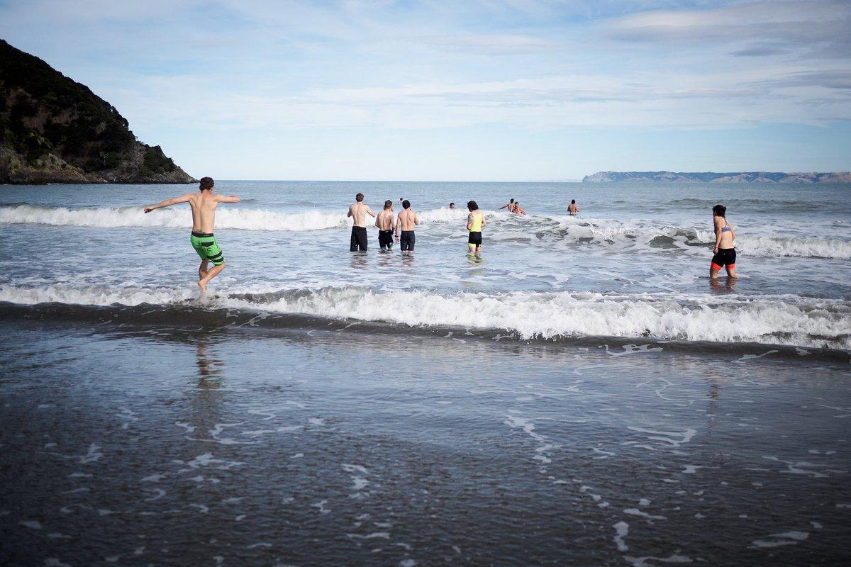 Nach dem Rennen schaffen wir es sogar in den kalten Pazifik