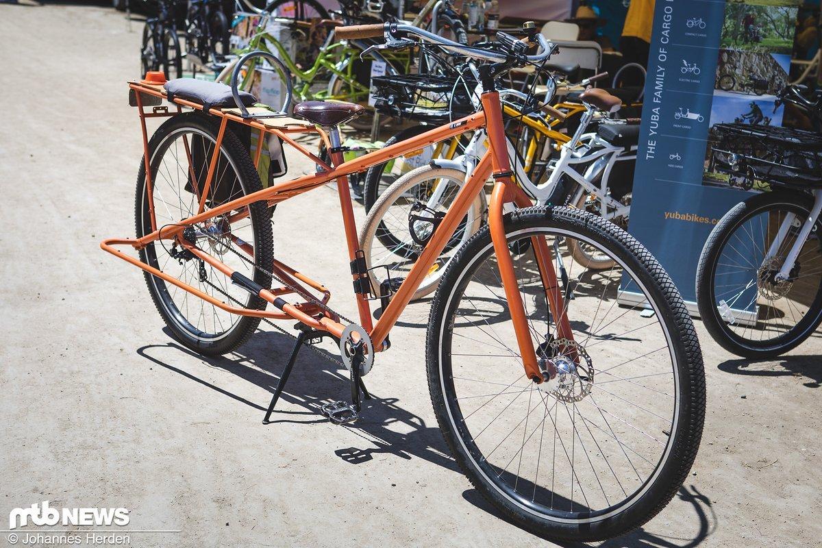 Schlichter Schlepper – dieses orangefarbene Lastenrad