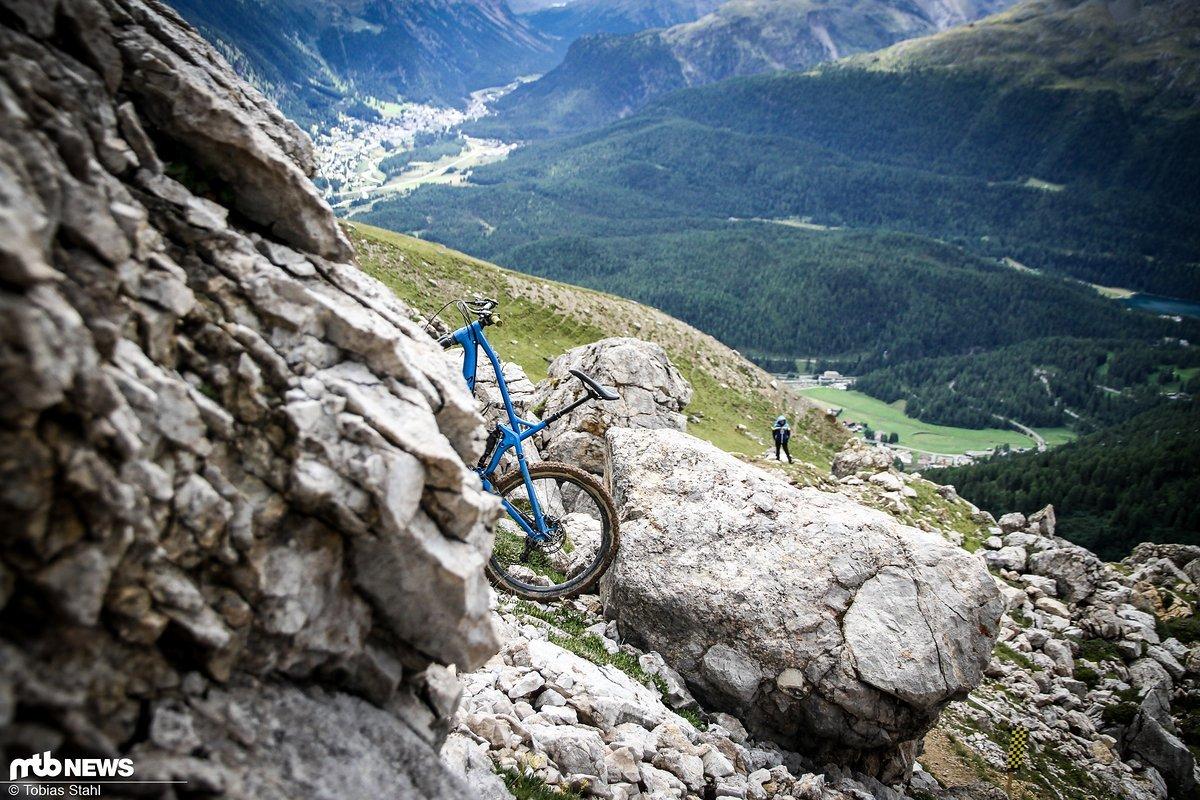 Wer suchet, der findet: Das Bike war noch vergleichsweise leicht vom Trail aus zu erspähen, andere Objekte sind uns bis heute ein Rätsel