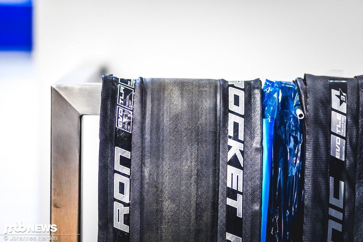 Ein fast fertiger Rocket Ron: Inklusive gefalteten Karkassen, Bead und Laufstreifen und Labels