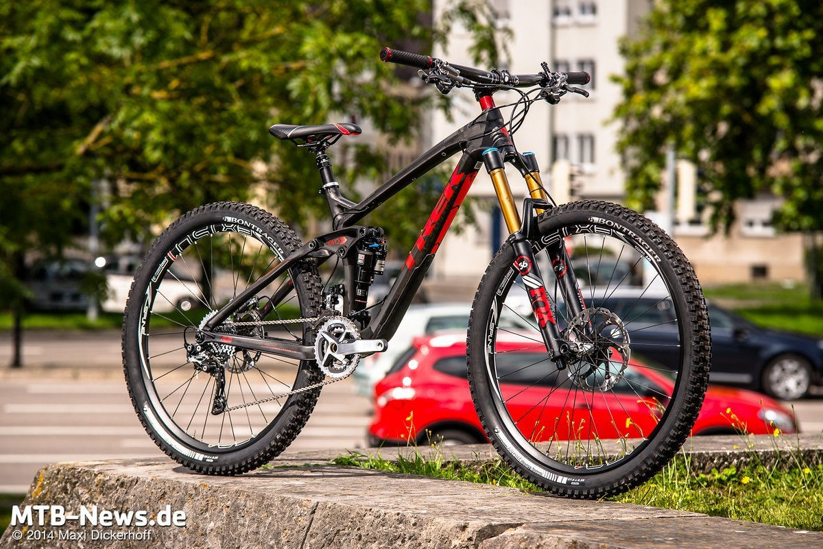 Rock Shox Monarch Plus Dämpfer und Fox 36 RC2 Gabel am Topmodell.