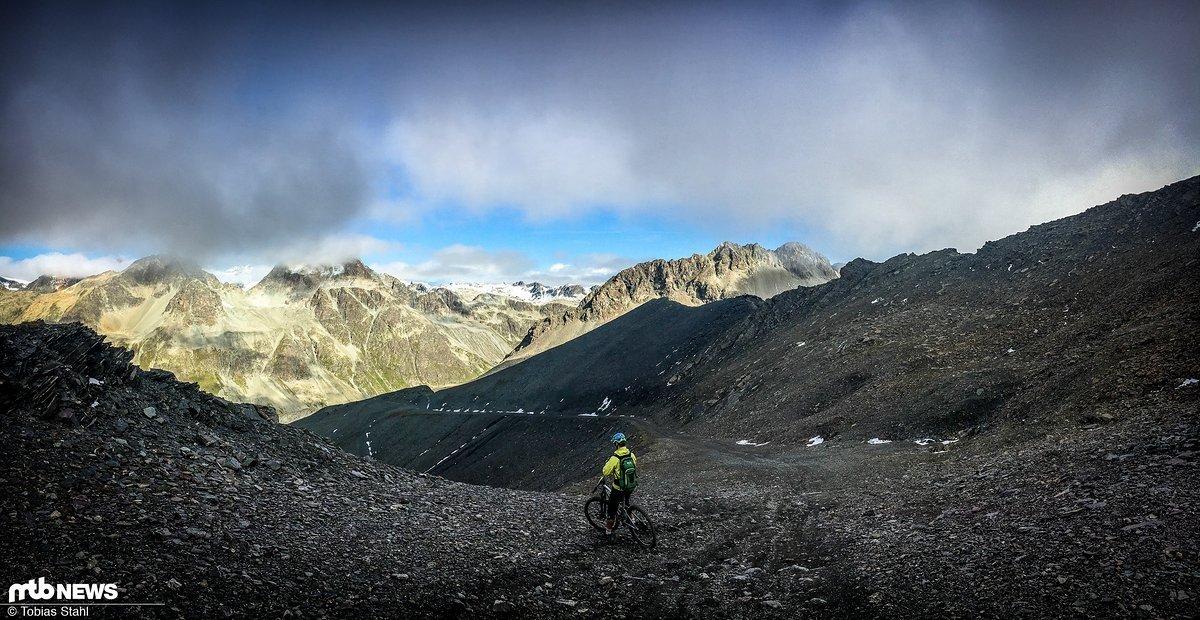Panorama wenige Meter unterhalb des Gipfels des Piz Nair