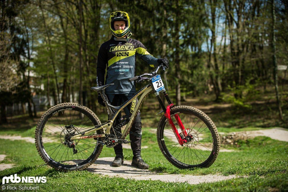 """Remi Thirion gehört zur wachsenden Anzahl der Fahrer, die auf ein 29"""" Downhill-Bike setzen. Er stand mit einem Commençal Supreme V4 29 am Start"""