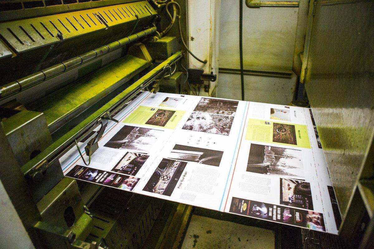 Mit bis zu 13 m in der Sekunde rast das Papier durch die Druckmaschine.