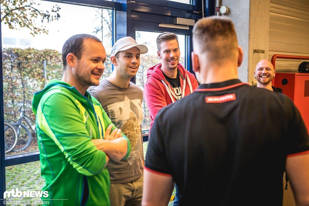 Die erste Station: Der DSD (Dealer Service Direct). Sebastian Schröder von SRAM erklärt den Gewinnern, wie Händler und Mechaniker direkt mit einem SRAM-Kontaktmann kommunizieren können