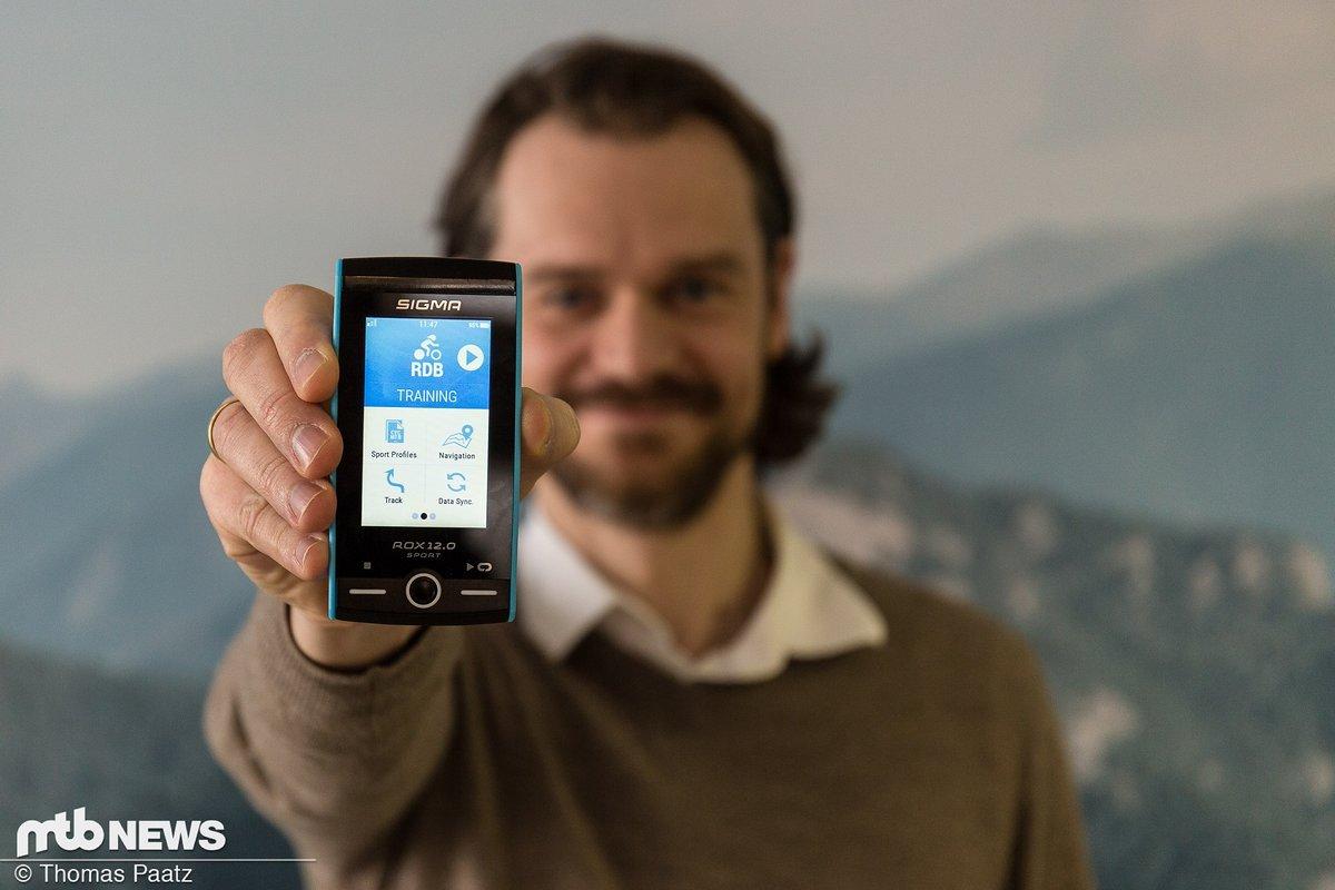 Produktmanager Daniel Conka präsentiert stolz den neuen ROX.12 SPORT