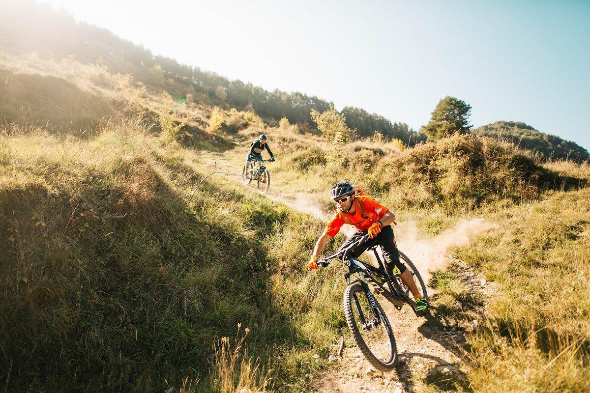 pyrenees-orientales-altitude-adventures-mtb-outsideisfree-Adrien-Tina-lightbro