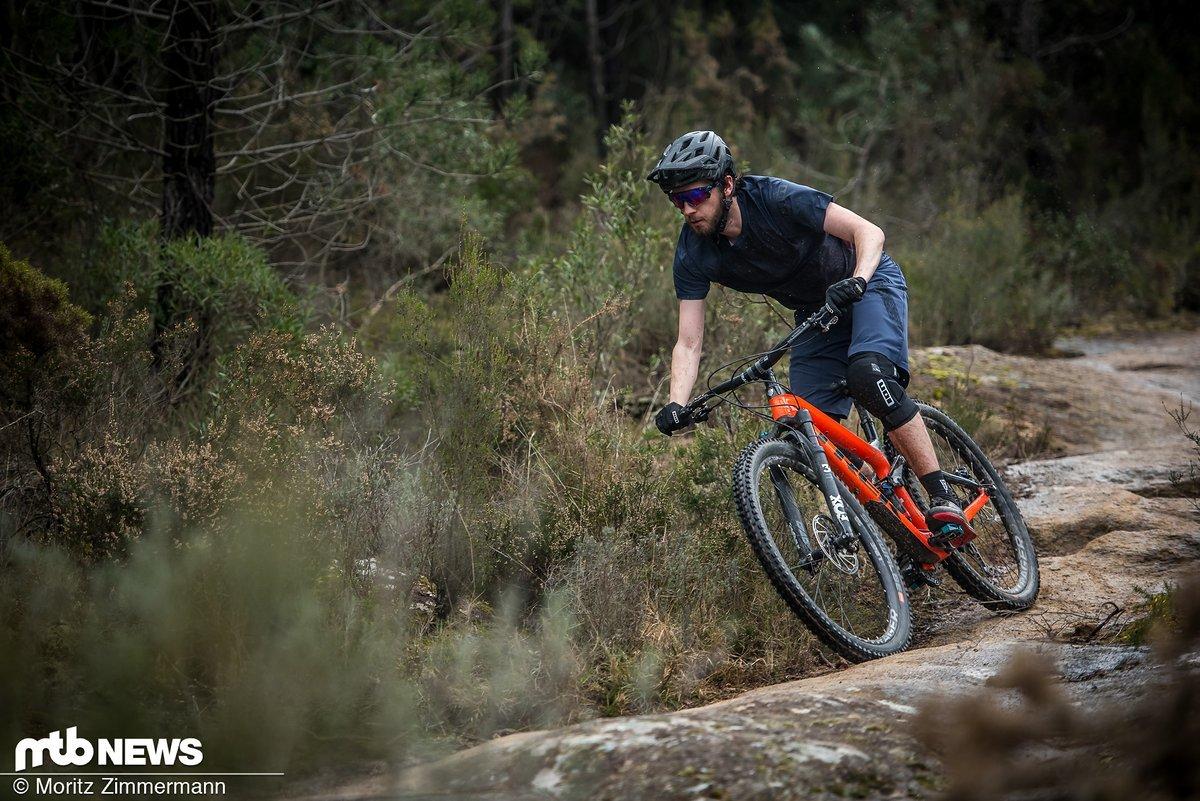 Der Surf-Spezialist beweist wieder mal, dass er auch Mountainbike kann: Das ION Traze AMP Outfit kann mit seiner hochwertigen Verarbeitung und sinnvollen Features überzeugen.