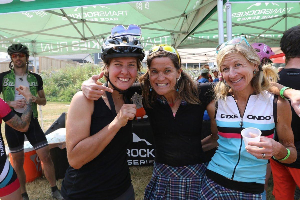 Wir haben am Singletrack6 viele schöne Freundschaften schließen können. Fahrer aus 18 verschiedenen Nationen waren am Start. Hier posiere ich mit zwei der coolsten Mädels die ich je getroffen habe. Sie fahren Mountainbike im Rock und plappern nonstop.