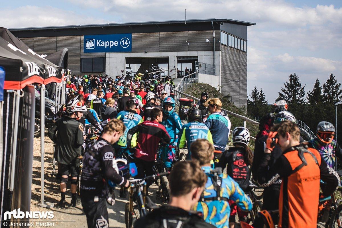 Irre lange Schlangen am Downhill-Rennen - Winterberg wurde wieder von hunderten DH-Racern bevölkert!