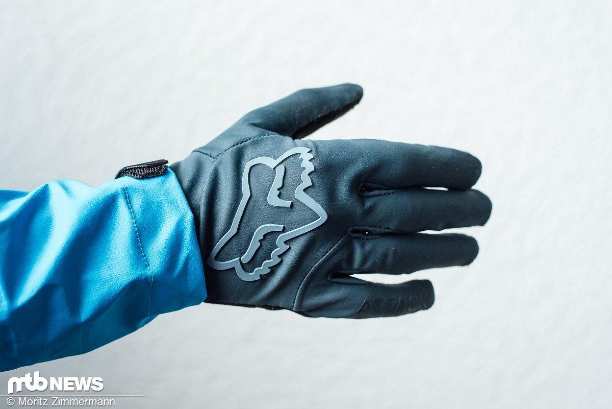 c065873ee9809f Die Fox Attack Water-Handschuhe sind in den Farben blau und schwarz sowie  den Größen