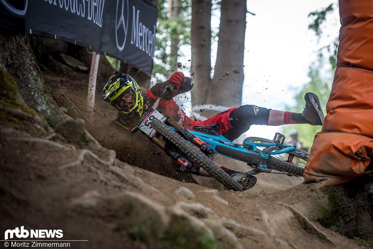 Der lockere und rutschige Boden auf dem wurzeligen Wald-Eingang im unteren Teil der Strecke wurde einigen Fahrern im Finale zum Verhängnis